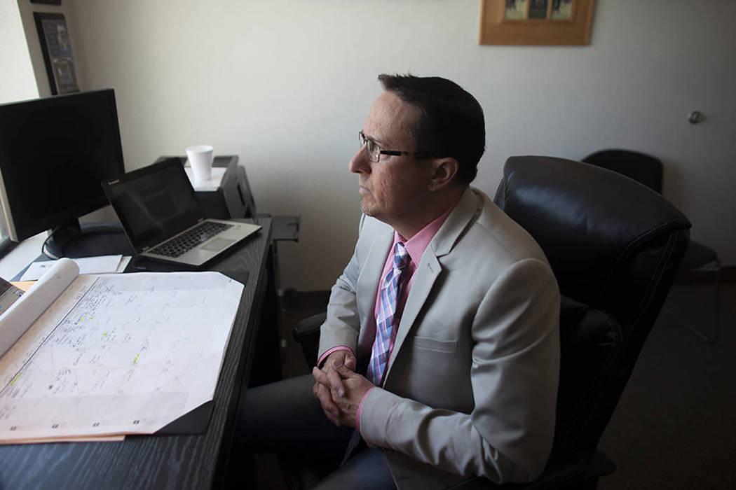 John Pacult, un trabajador social clínico licenciado, en su o cina el martes 9 de mayo de 2017 en Las Vegas. Pacult se especializa en el área de delincuentes sexuales, abuso infantil y casos de  ...