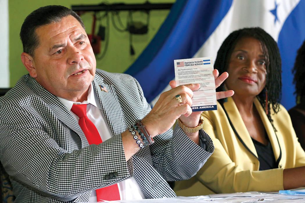 Francisco Portillo, presidente de la organización hondureña Francisco Morazán, detiene una tarjeta postal dirigida al presidente Donald Trump pidiéndole que extienda el Estatuto de Protección ...