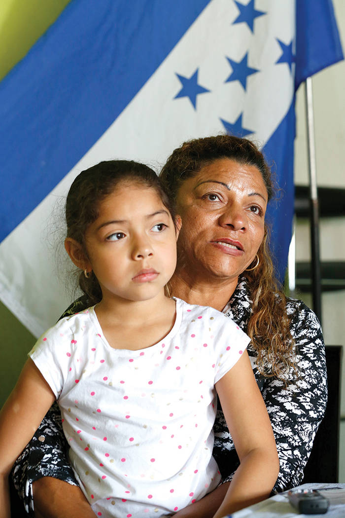 Rosa Oseguera, una hondureña que junto con su esposo salvadoreño está protegida por el Estatuto de Protección Temporal (TPS) desde finales de la década de 1990, tiene a su hija Dileini Funes, ...