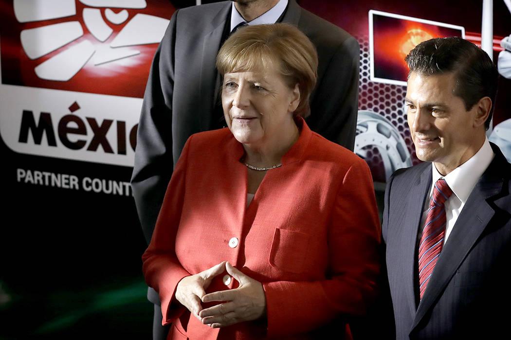 La canciller alemana Angela Merkel, centro, el presidente Mexicano Enrique Pena Nieto, a la derecha, visitará una exhibición de tecnología alemana y mexicana luego de reunirse con líderes empr ...