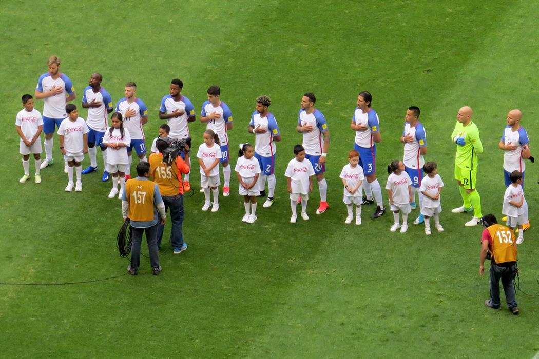 El '11' de Estados Unidos entonando su himno nacional previo al partido. Domingo 11 de junio en Estadio Azteca de la Ciudad de México. | Anthony Avellaneda/ El Tiempo- Enviado Especial.