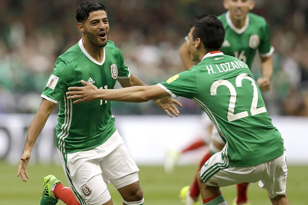 El mexicano Carlos Vela, a la izquierda, celebra su compañero de equipo mexicano Hirving Lozano luego de anotar el primer gol de su equipo contra los Estados Unidos durante su partido de clasific ...