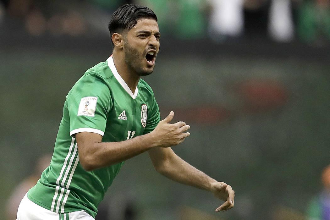 El mexicano Carlos Vela celebra después de anotar el primer gol de su equipo contra Estados Unidos durante su partido de clasificación para la Copa Mundial de Fútbol en el Estadio Azteca en la  ...