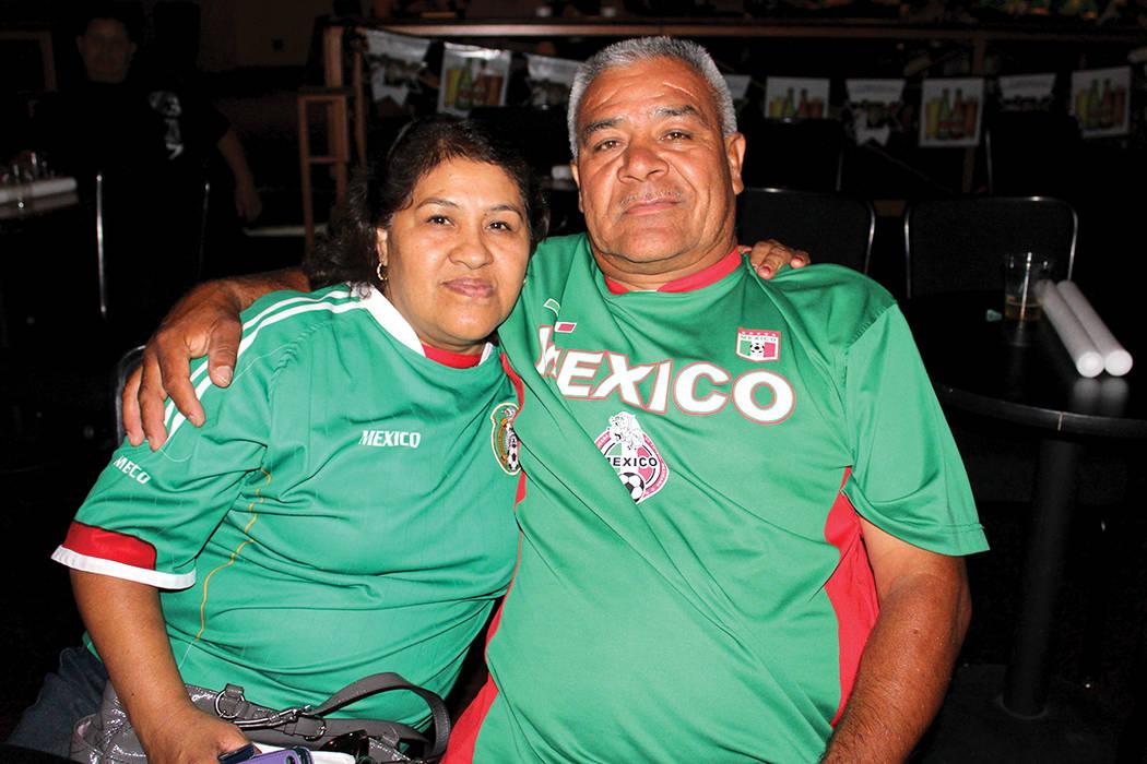 María y Librado Villafaña, pronosticaron un 3 a 1 a favor de México, casi aciertan. | Cristian De la Rosa/El Tiempo