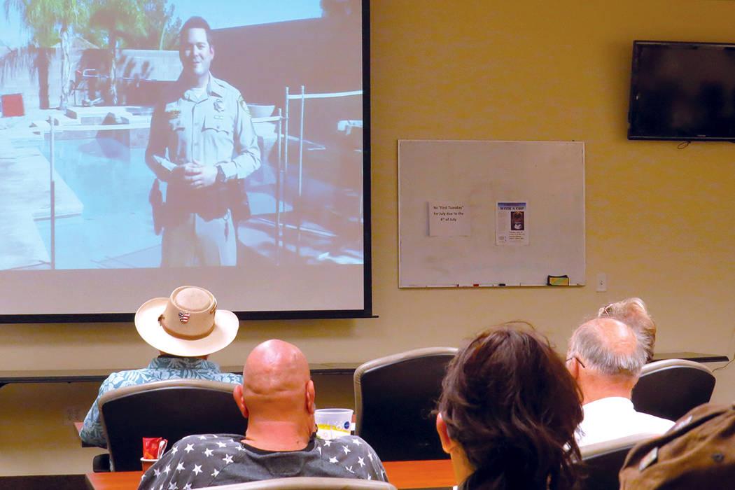El oficial Jay Basile pidió a los presentes seguir las recomendaciones expuestas en el evento. Martes 6 de junio en la oficina de Comando del Área Noreste. | Foto Anthony Avellaneda/ El Tiempo.