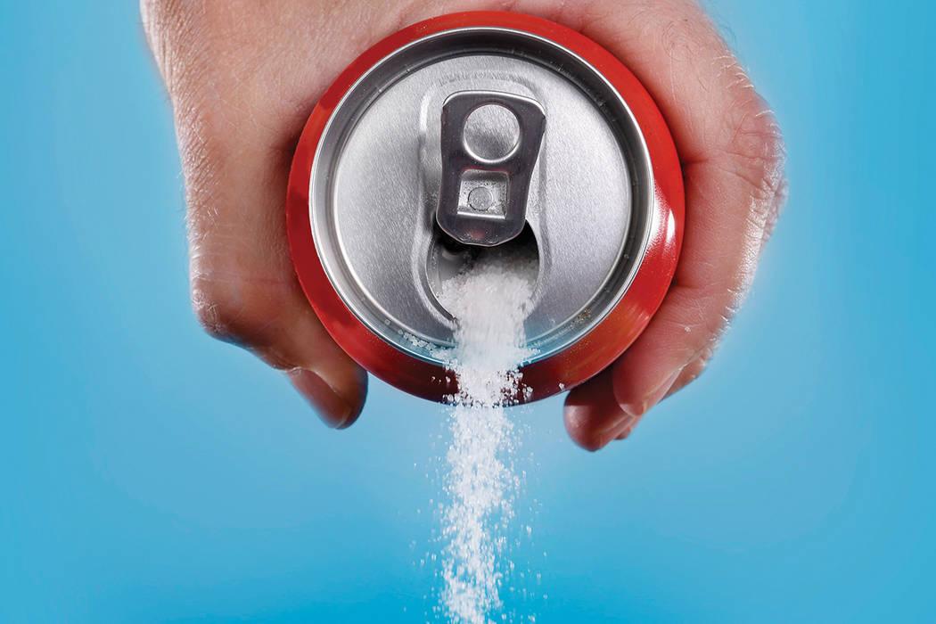 Las bebidas gaseosas regulares y jugos tienen en promedio entre 36 a 44 gramos de azúcar por lata de 12 onzas, que son de 9 a 11 cucharaditas de azúcar. ¡Piense un poco lo que bebe!