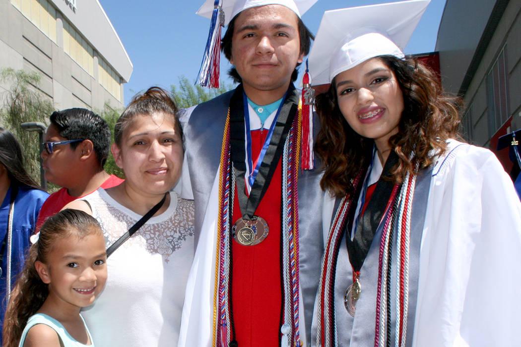 Joseph Vargas e Isabel Pérez, de Valley High School. A la izquierda María y Aileen, mamá y hermama de Joseph.   Foto Valdemar González/El Tiempo