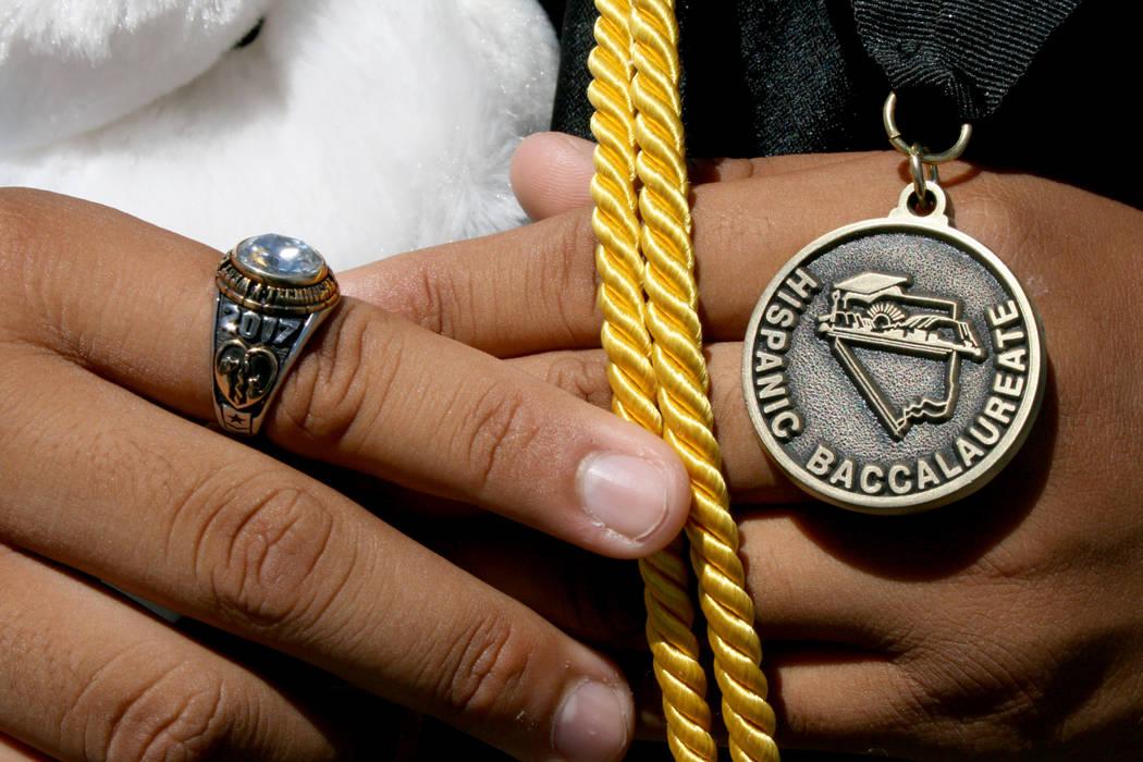 El joven Alan Pérez muestra orgulloso su medalla del Baccalaureate Hispano 2017 recibida momentos antes.   Foto Valdemar González/El Tiempo