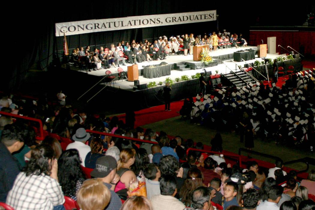 Aspecto al interior del Thomas & Mack con los padres de familia en primer plano, al fondo el presidium y al centro en penumbra los graduados, durante la ceremonia Baccalaureate Hispano.   Foto ...