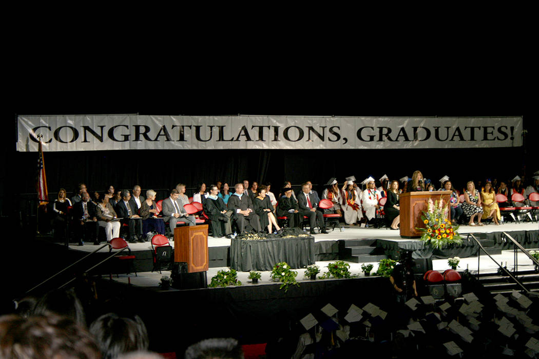 """El presidium de la ceremonia Baccalaureate Hispano con el letrero """"Felicidades graduados"""".   Foto Valdemar González/El Tiempo"""