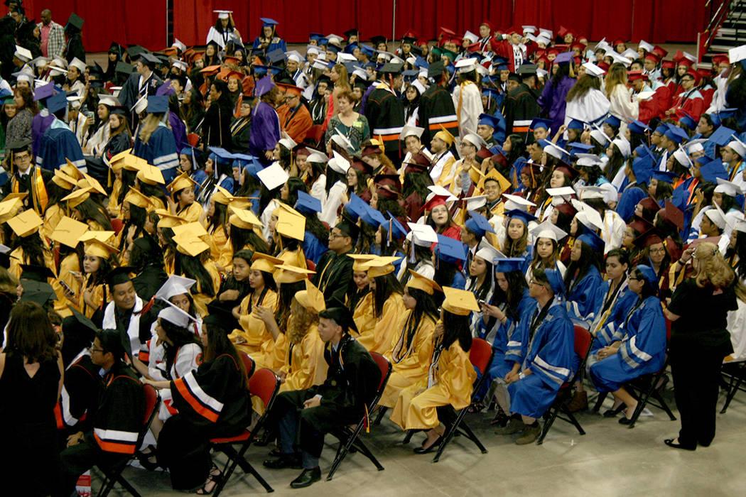 La variedad de colores de las togas y birretes de los graduados dio colorido a la ceremonia Baccalaureate Hispano 2017.   Foto Valdemar González/El Tiempo
