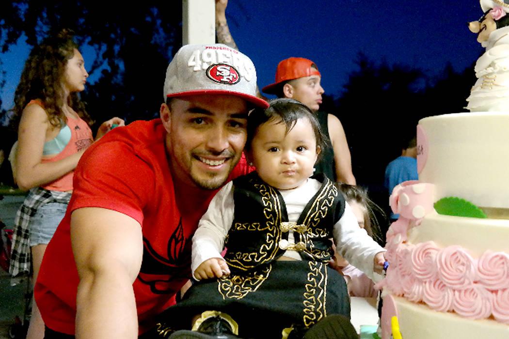 Eddie Vargas celebrando uno de los primeros años de vida de su hija Julissa. Foto Cortesía.