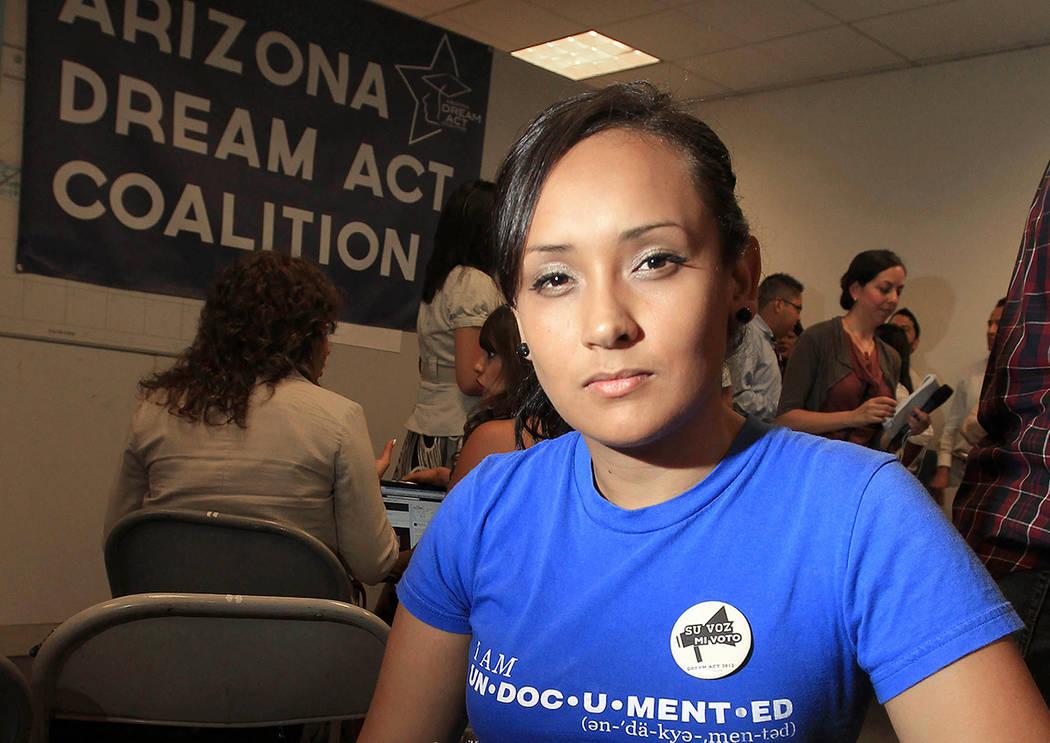 ARCHIVO - En esta foto del archivo del 15 de agosto de 2012, la joven inmigrante Erika Andiola, de Mesa, Arizona, posa para una foto en un sitio donde la gente se alinea para recibir orientación  ...