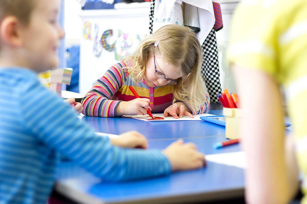 El IEP de su niño establece metas razonables de aprendizaje para su niño y enumera los servicios que el distrito escolar deberá proporcionar para su niño.