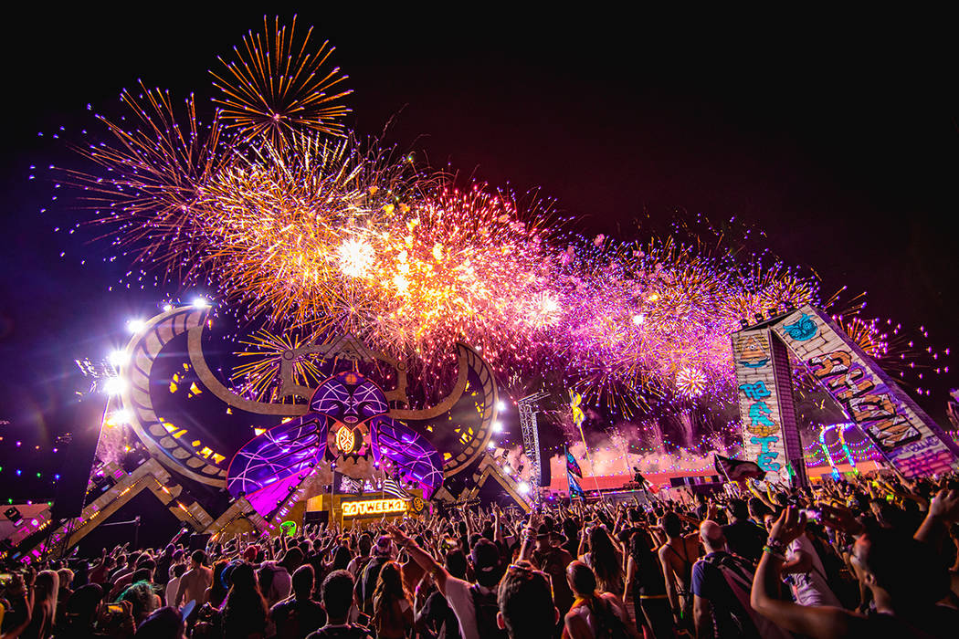 Alrededor de las 2:00 de la mañana del domingo, una lluvia de luces iluminó el oscuro cielo sobre la Pista de Carreras de Las Vegas con un excelso espectáculo de fuegos pirotécnicos que se pro ...