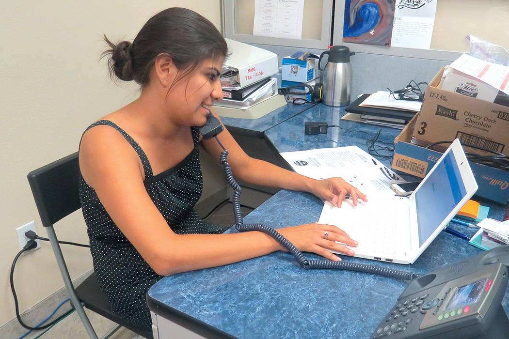 Arlene Álvarez, quien llegó a Estados Unidos como inmigrante indocumentada, ahora ayuda a la comunidad inmigrante en la organización Mi Familia Vota.   Foto Anthony Avellaneda/ El Tiempo.