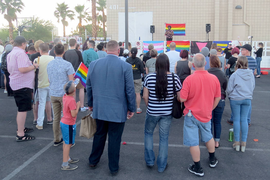Decenas de personas de Las Vegas se reunieron para recordar a las víctimas de la masacre de Pulse. Lunes 12 de junio en el Centro para la Comunidad LGBTQ. | Foto Anthony Avellaneda/ El Tiempo.