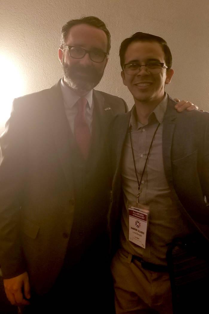 El cónsul general de México en Nueva York, Diego Gómez, y el 'dreamer' michoacano residente de Las Vegas, Aaron Luna. Foto Cortesía.