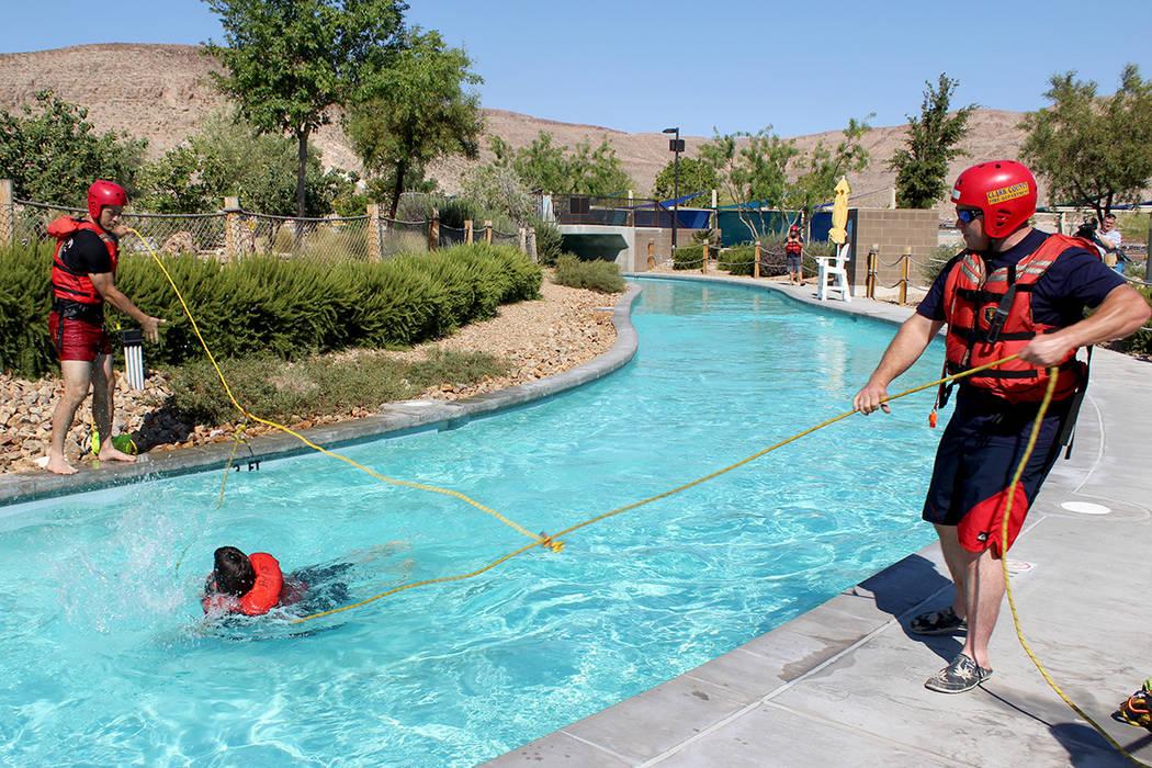 Los bomberos practican un rescate en durante una inundación simulada en un parque acuático.   Cristian De la Rosa / El Tiempo.