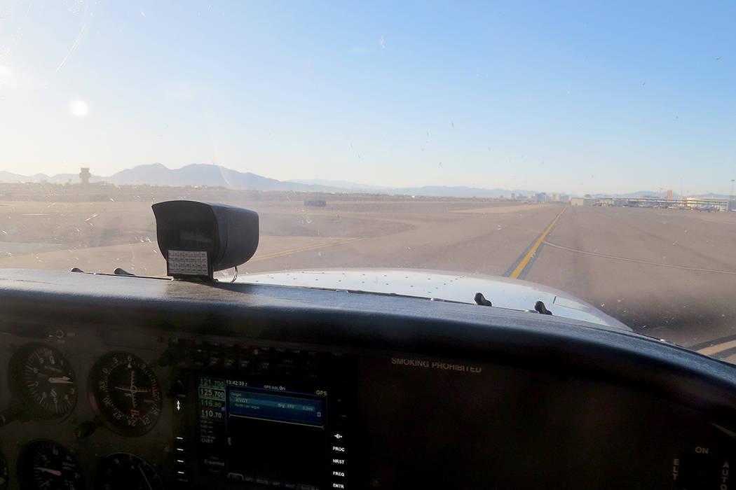 Durante cada misión el piloto está en constante comunicación con el Comando Central y la Torre de Control. Sábado 17 de junio en el Aeropuerto de North Las Vegas. | Foto Anthony Avellaneda/ El ...