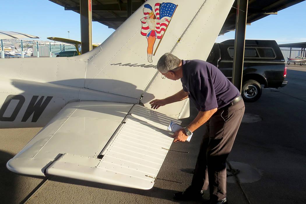 Antes de volar, el piloto responsable debe supervisar cada detalle de la aeronave. Sábado 17 de junio en el Aeropuerto de North Las Vegas. | Foto Anthony Avellaneda/ El Tiempo.