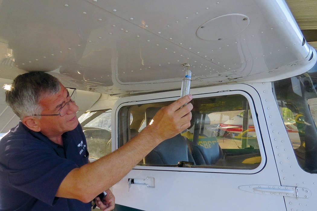Antes del despegue se toma una muestra de cada tanque de combustible para asegurarse de que no haya ninguna anomalía. Sábado 17 de junio en el Aeropuerto de North Las Vegas. | Foto Anthony Avell ...