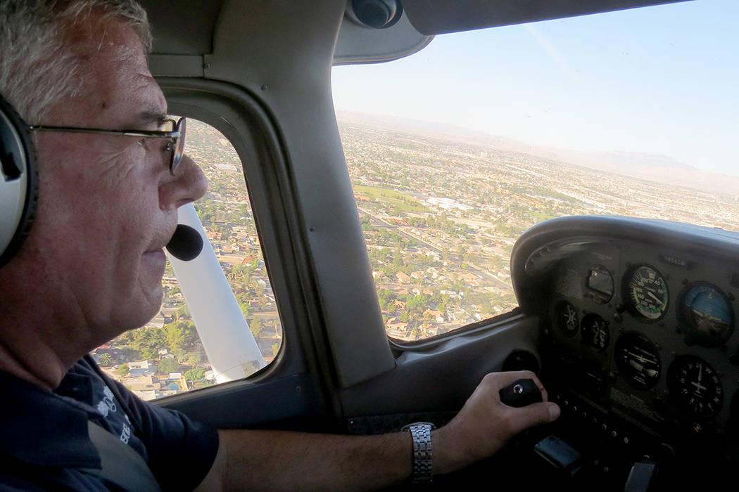 En los operativos de búsqueda y rescate, la aeronave asignada vuela en aproximadamente a 500 pies de altura con tres tripulantes a bordo. Sábado 17 de junio. | Foto Anthony Avellaneda/ El Tiempo.