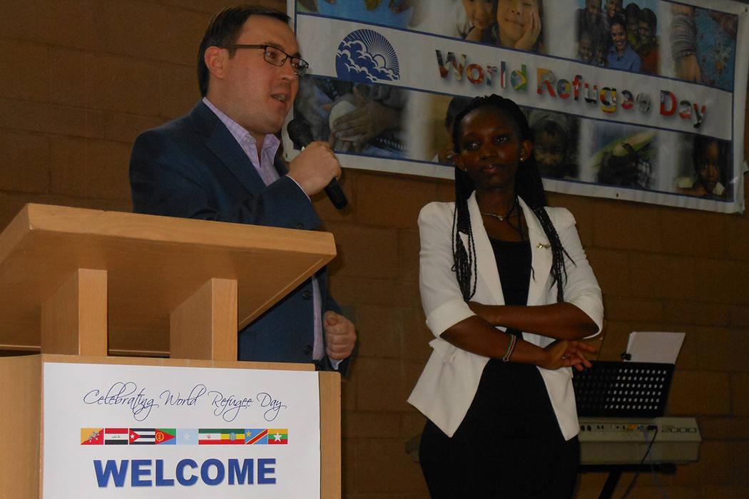 Milan Devetak, director de Servicios de Migración y Refugiados, presentó a la congoleña Lydia Mutoniwase (a la derecha). | Foto Valdemar González/ El Tiempo.