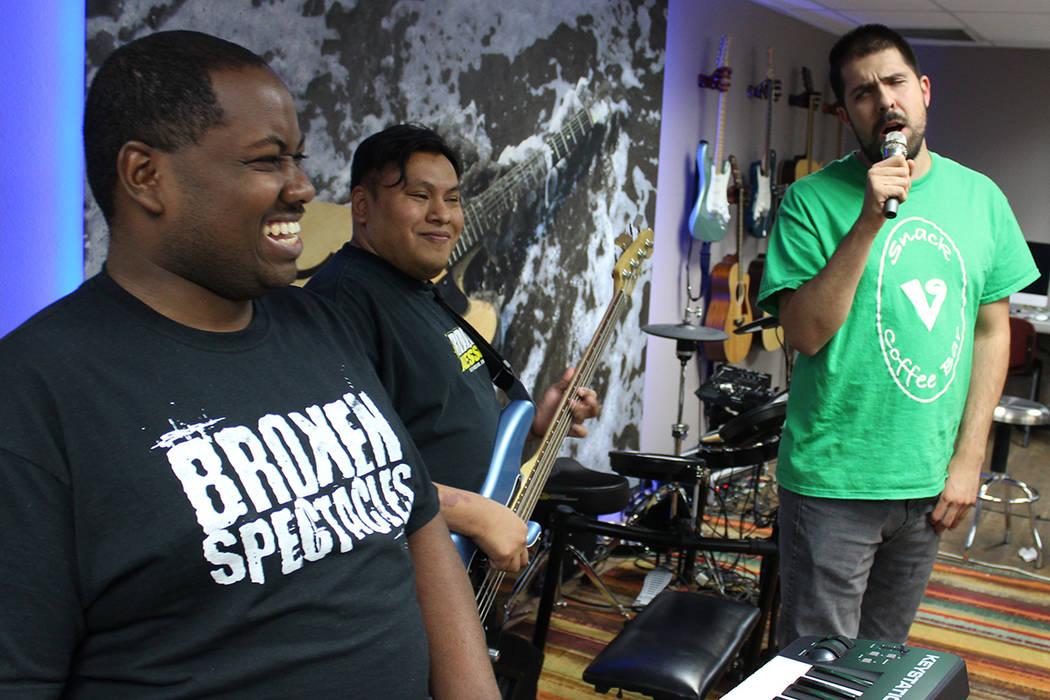 Aarius, Kristian e Iván ensayan para las presentaciones de Broken Spectacles. Hace 3 años que se formó la banda de rock de tributos y actualmente componen sus propias melodías. | Foto Cristian ...