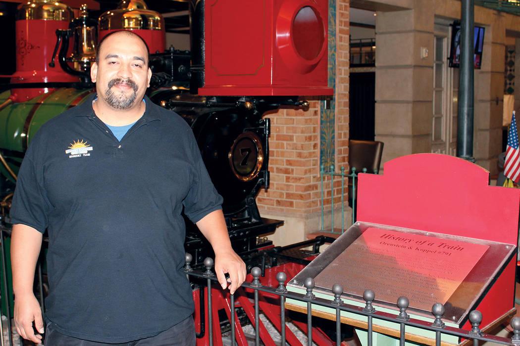 Porfirió Cano, labora en banquetes del Sunset Station, el entró a trabajar un 2 de junio de 1997 a los 19 años de edad. | Foto Cristian De la Rosa / El Tiempo.