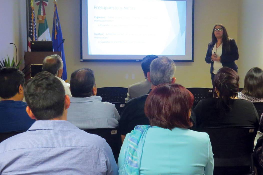 Los asistentes se informaron sobre los factores que afectan el puntaje de crédito. Miércoles 14 de junio en el Consulado de México en Las Vegas. | Foto Anthony Avellaneda/ El Tiempo.