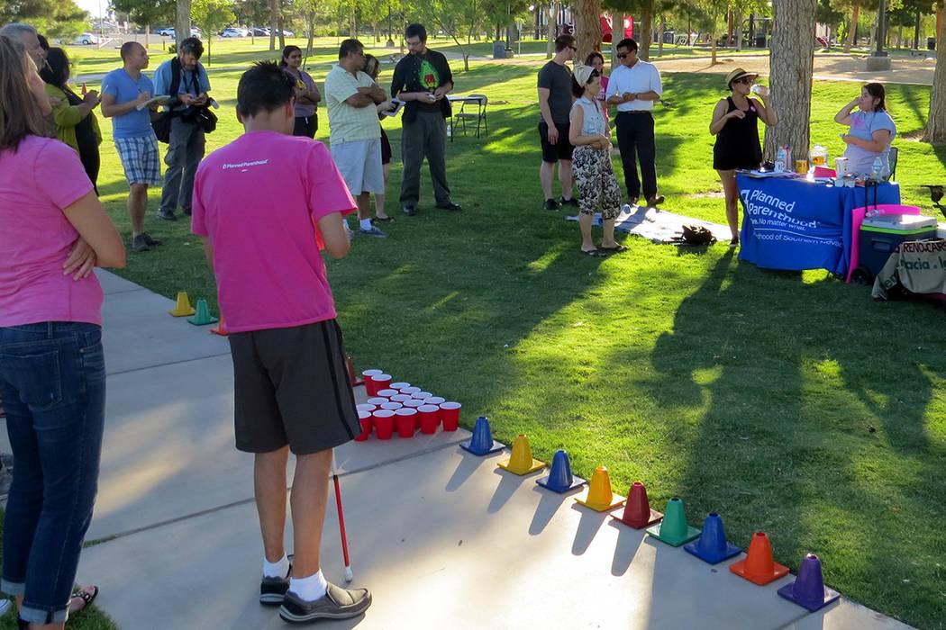 Las organizaciones PLAN y Planned Parenthood realizaron una simulación de atención médico y brindaron información a los asistentes. Martes 27 de junio en el parque Sunset. | Foto Anthony Avell ...