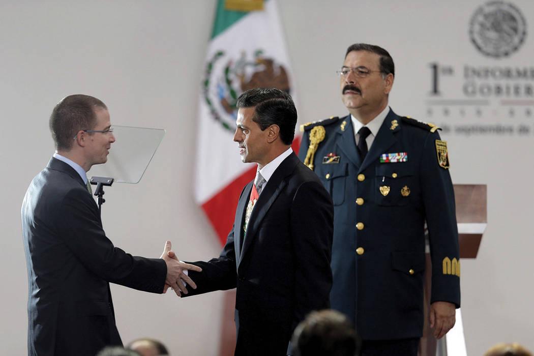 ARCHIVO - En esta foto de archivo del 2 de septiembre de 2013, el presidente de México, Enrique Pena Nieto, se estrecha la mano con el presidente de la Cámara Baja, Ricardo Anaya Cortez, antes d ...