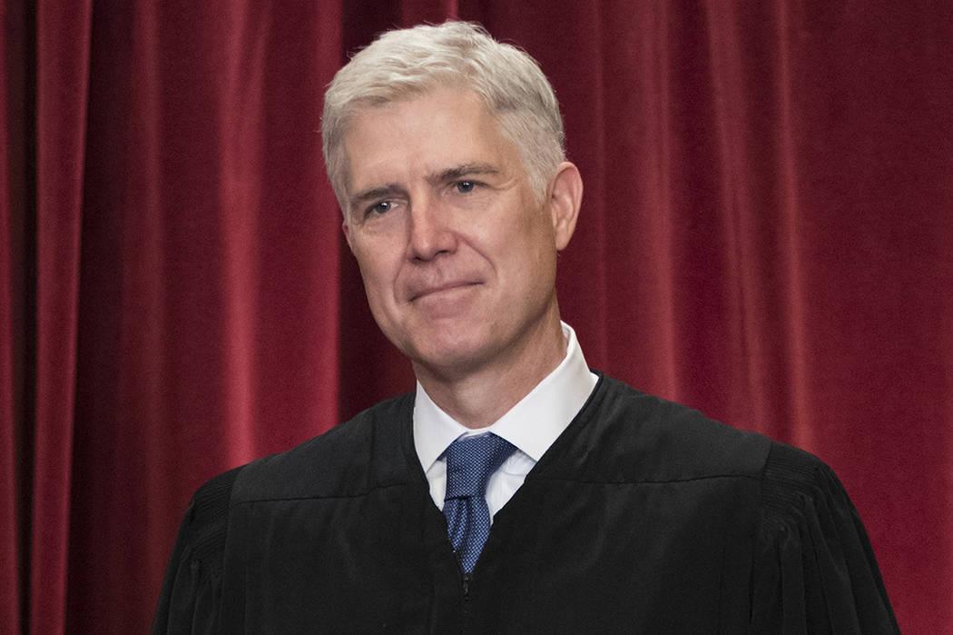 En esta foto de archivo del 1 de junio de 2017, el juez de la Corte Suprema Neil Gorsuch es visto durante un retrato oficial del grupo en el edificio del Tribunal Supremo de Washington. | Foto AP/ ...