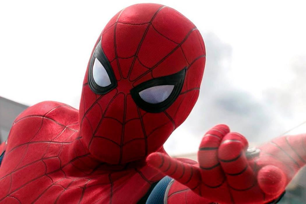 Un joven Peter Parker (Holland) trata de compaginar su vida de estudiante en el instituto con sus aventuras de superhéroe para las que cuenta con Iron Man (Downey Jr.) como mentor y consejero.