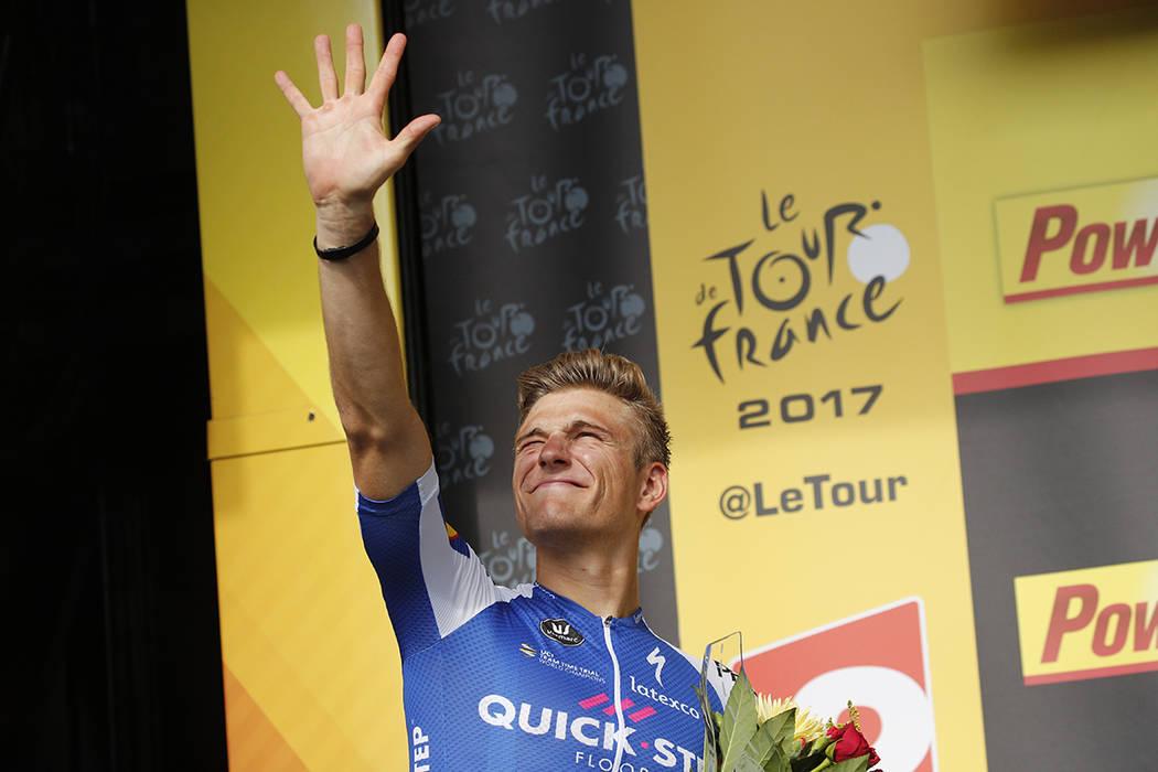 El ganador de la etapa, Marcel Kittel, de Alemania, destaca cinco dedos por su quinta victoria al celebrarse en el podio tras la undécima etapa de la carrera ciclista del Tour de Francia en 203,5 ...