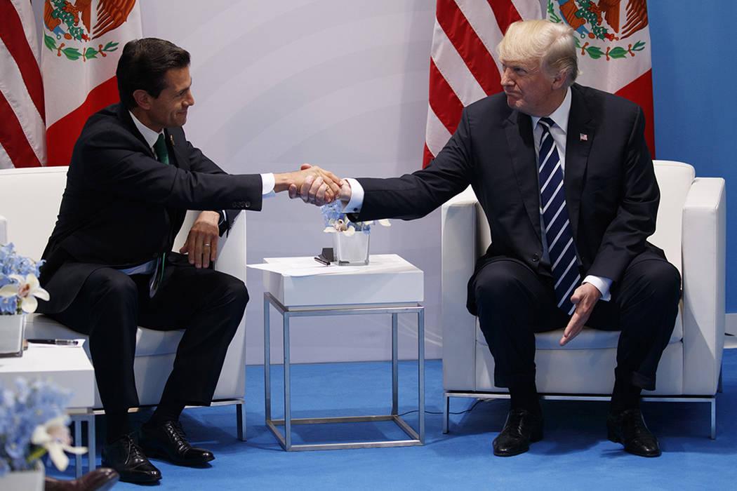 El Presidente Donald Trump se reúne con el Presidente Mexicano Enrique Pena Nieto en la Cumbre del G20, el viernes 7 de julio de 2017, en Hamburgo. (Foto de AP / Evan Vucci)