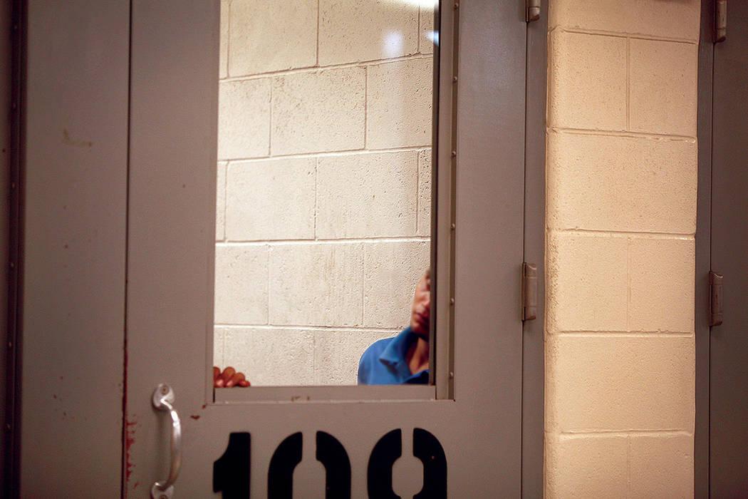 ARCHIVO- Un inmigrante observa desde un área de detención en McAllen, Texas. El martes 15 de julio de 2014 en la Estación de Patrulla Fronteriza de McAllen. | Foto AP/Los Angeles Times, Rick Lo ...