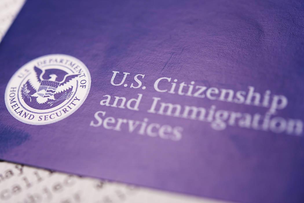 La mayoría va a los inmigrantes lo logran con patrocinios de miembros de su familia, ya sea como parientes inmediatos de ciudadanos de EE.UU. (el 44% de las tarjetas verdes de 2015 se concedieron ...