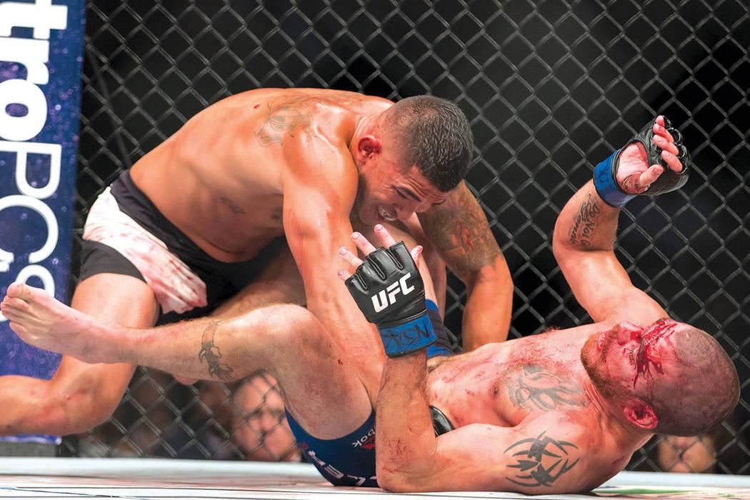 Anthony Pettis, a la izquierda, pelea con Jim Miller en el combate UFC 213 en el T-Mobile Arena de Las Vegas, el sábado 8 de julio de 2017. Pettis ganó por decisión unánime.  | Foto Erik Verdu ...