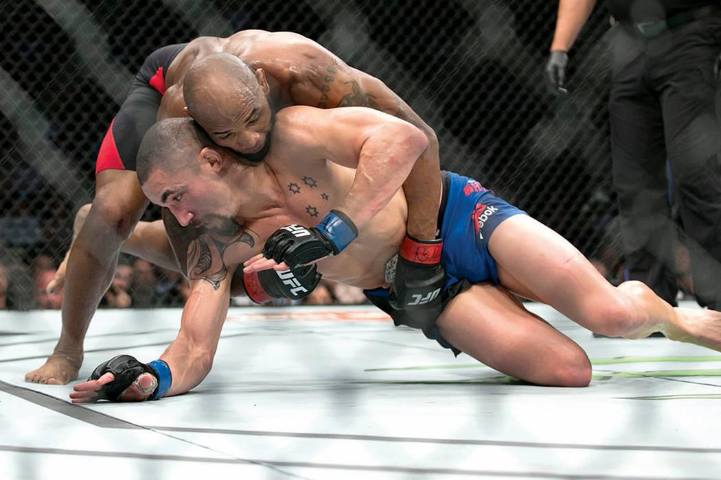 Yoel Romero (arriba) en batalla contra Robert Whittaker, la pelea fue por el título interino de peso mediano UFC 213 en T-Mobile Arena de Las Vegas, el sábado 8 de julio de 2017. Whittaker ganó ...