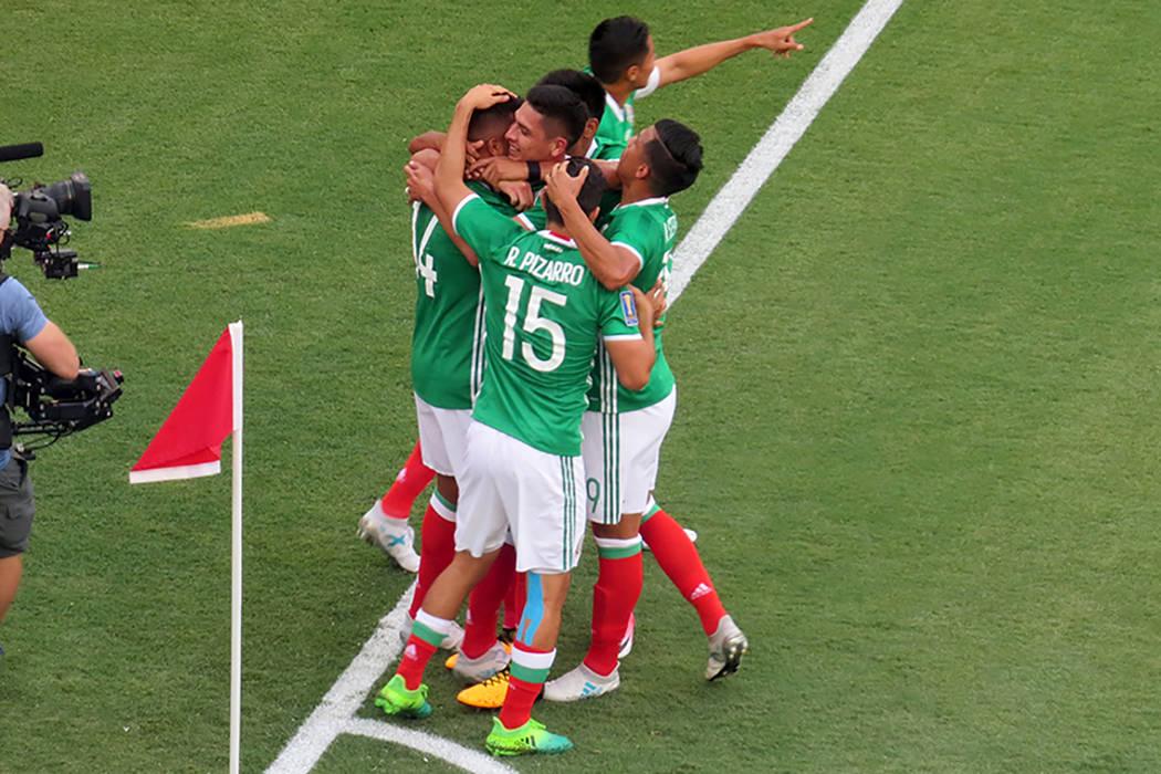 Los jugadores mexicanos celebran el primer gol ante El Salvador. Domingo 9 de junio en el estadio Qualcomm de San Diego, California. | Foto Anthony Avellaneda/ El Tiempo.