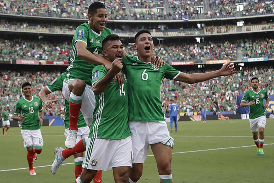 Hedgardo Marín, centro, es felicitado por su compañero de equipo Edson Álvarez, a la derecha, y Hugo Ayala después de anotar contra El Salvador durante un partido de la Copa Oro de la CONCACAF ...