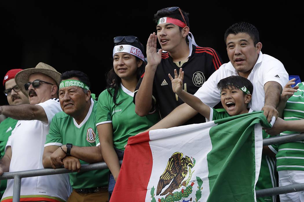 Fans de México animan a su equipo antes de un partido de la Copa Oro CONCACAF contra El Salvador en San Diego, el domingo 9 de julio de 2017. | Foto de AP / Gregory Bull.