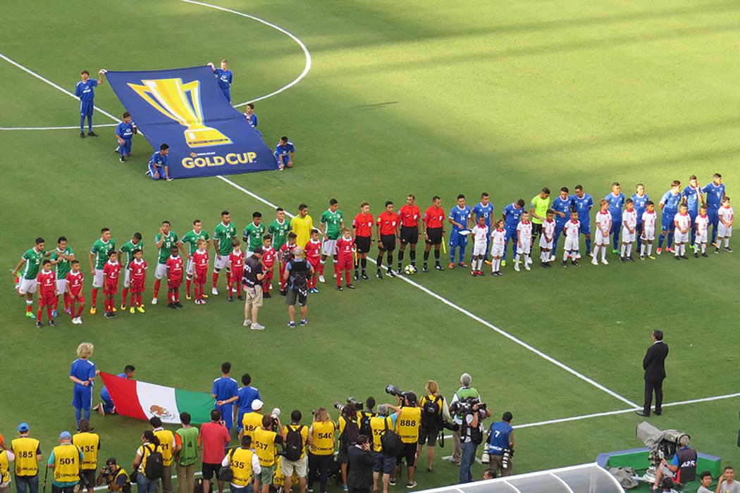 Previo al encuentro se entonaron los himnos nacionales de México y El Salvador. Domingo 9 de junio en el estadio Qualcomm de San Diego, California. | Foto Anthony Avellaneda/ El Tiempo.