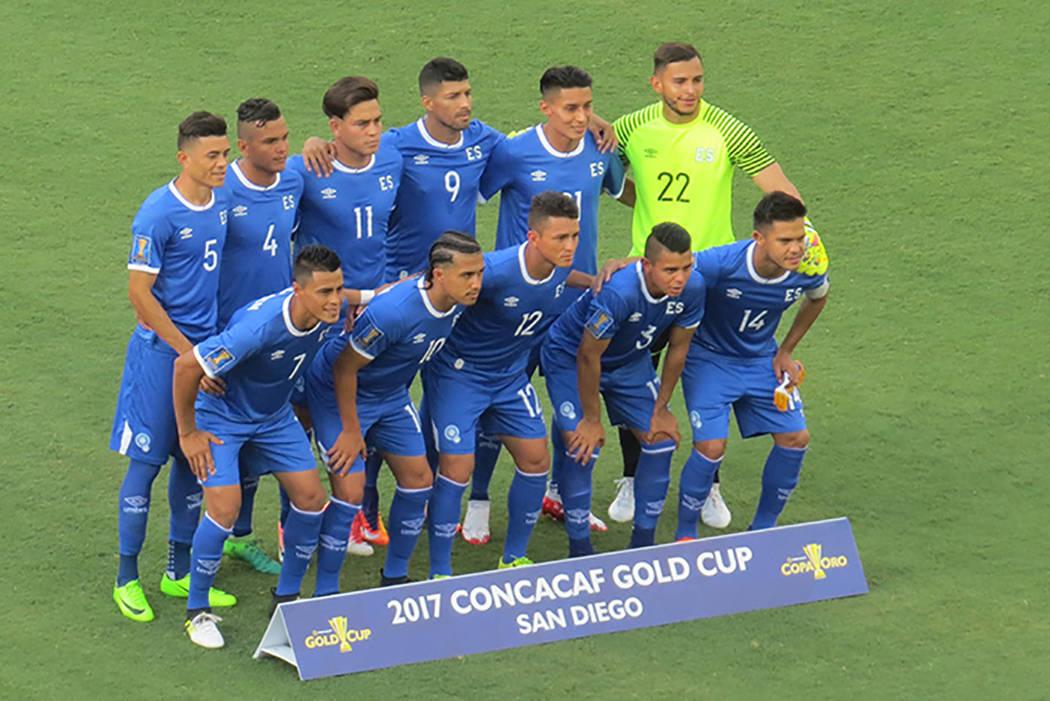 Los equipos participantes en la foto oficial antes del partido. Domingo 9 de junio en el estadio Qualcomm de San Diego, California. | Foto Anthony Avellaneda/ El Tiempo.