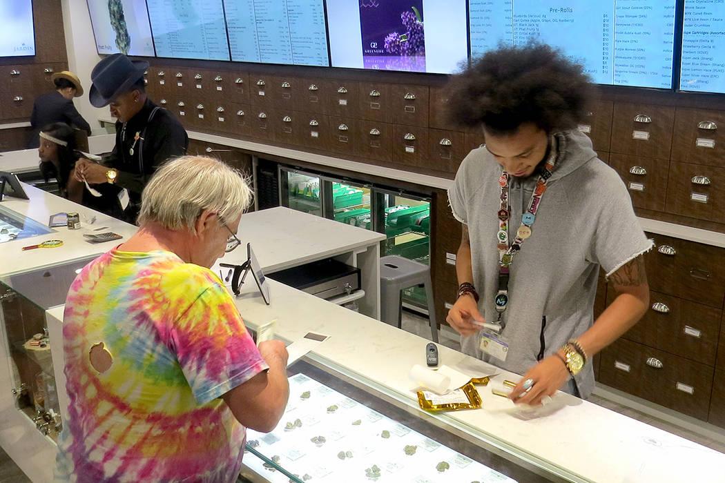 La venta de marihuana solo está permitida en los establecimientos certificados. Sábado 1 de julio en el dispensario Jardín. | Foto Anthony Avellaneda/ El Tiempo.