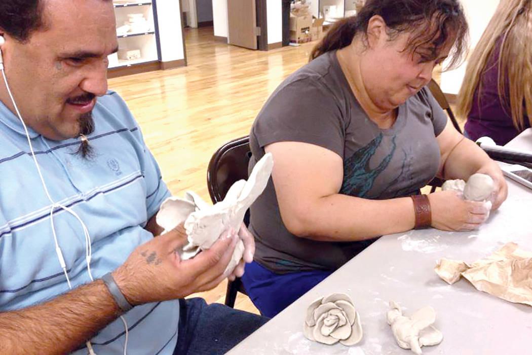 Las clases de artes plásticas incluyen escultura, tejido y pintura. | Foto Cristian De la Rosa / El Tiempo.