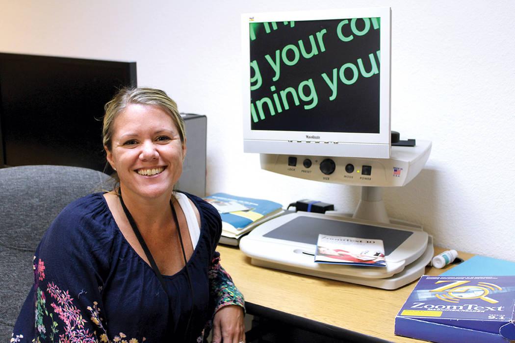 Jenna Velasco, gerente de programas de Blind Center, dijo que cada vez hay más ciegos por diabetes. | Foto Cristian De la Rosa / El Tiempo.