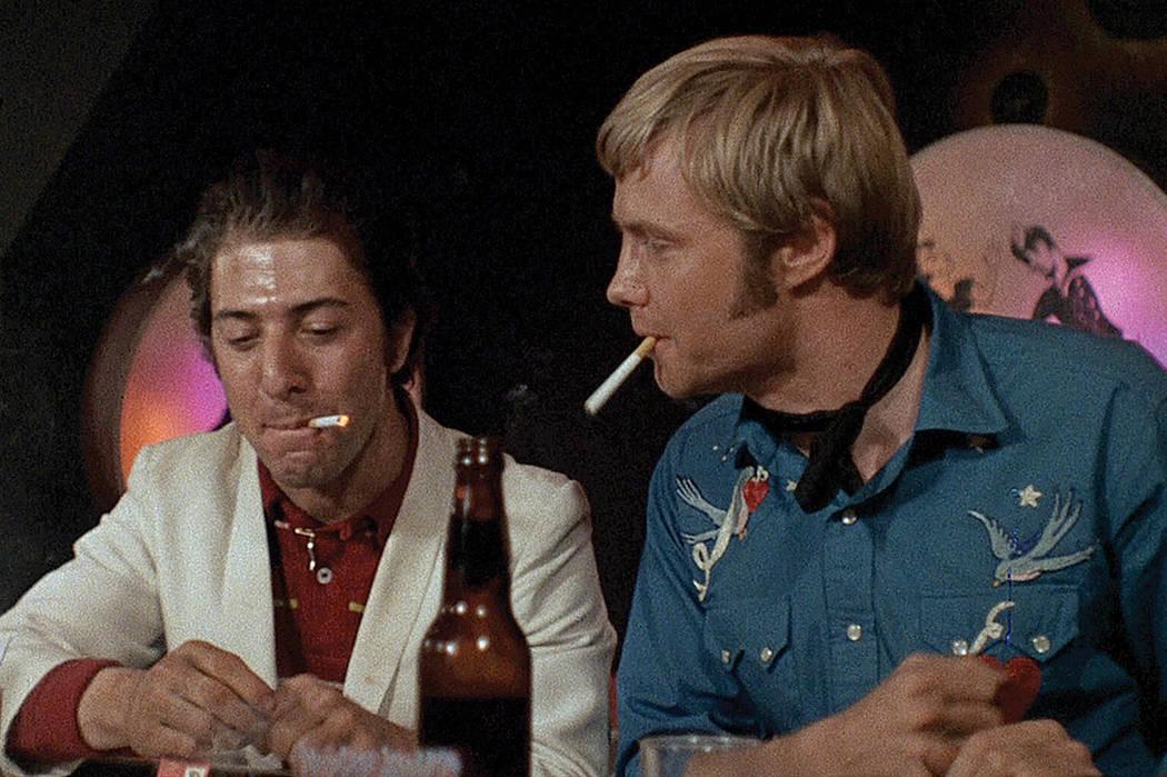 En su camino se cruzará otro muchacho llamado Rico Rizzo (Dustin Hoffman, 'Kramer contra Kramer'), un estafador que padece tuberculosis y que pretende obtener dinero de manera rápida y fácil.